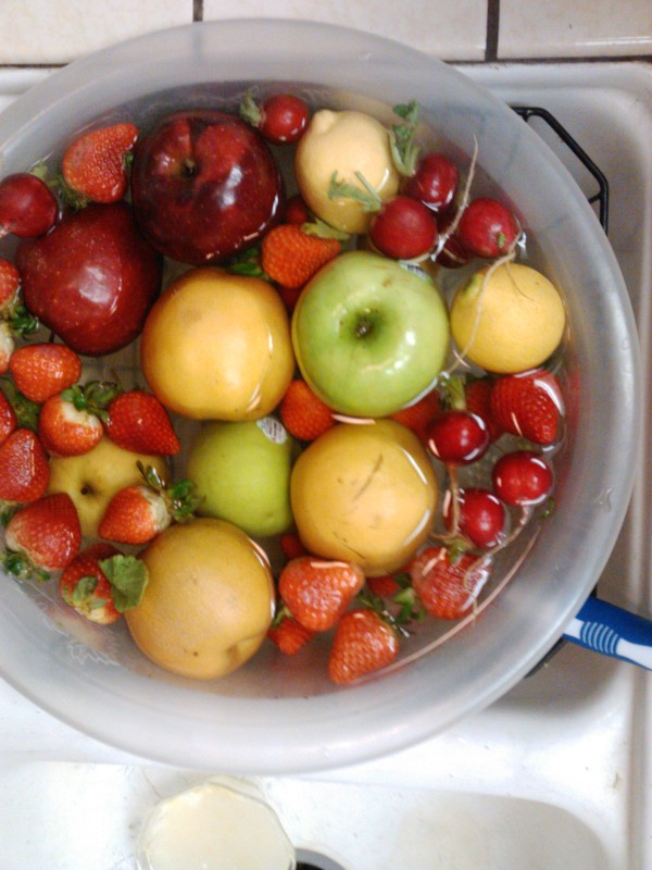 Health Tip: Get your fruit clean by soaking in water for 10+ minutes